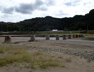 富田川の潜水橋