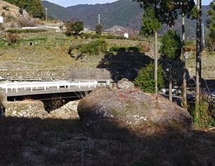 色川の土石流犠牲者供養岩